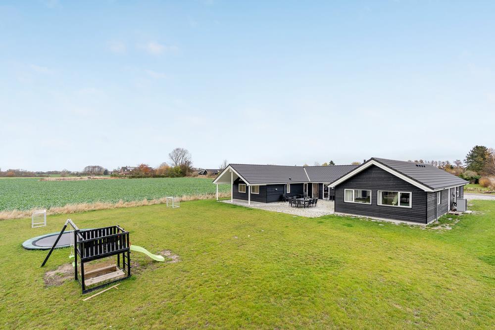 Sommerhus til 20 personer ved Råbylille strand