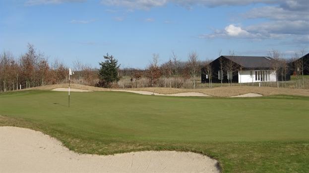 Huset ligger skønt ud til et af hullerne på golfbanen.