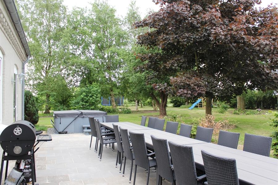 Terrasse med SPA, legestativ og trampolin